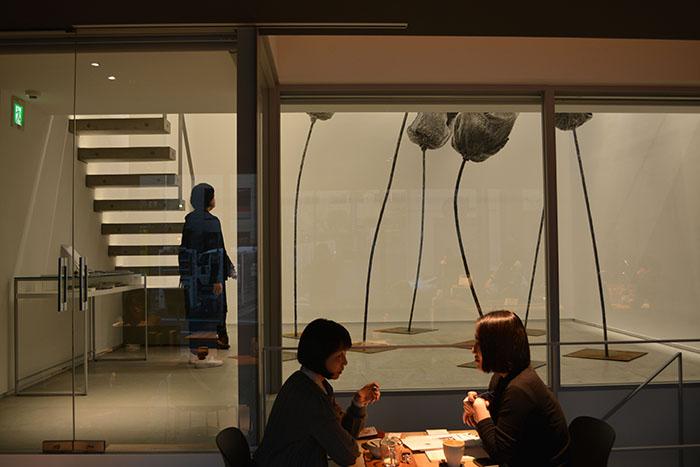 LOKO GALLERYでは一階に隣接したカフェ「私立珈琲小学校」でコーヒーを飲みながら作品を鑑賞することが出来る