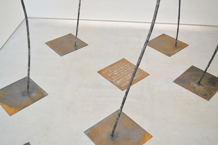 展示風景:作品の足元には佐久間自身の書いた詩が置かれている